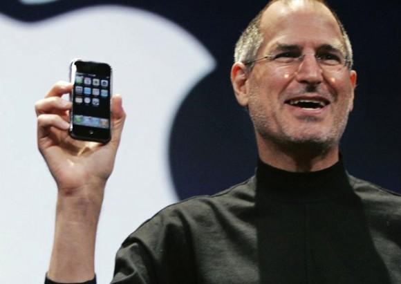 Steve-Jobs-holding-original-iPhone-e1420821490664